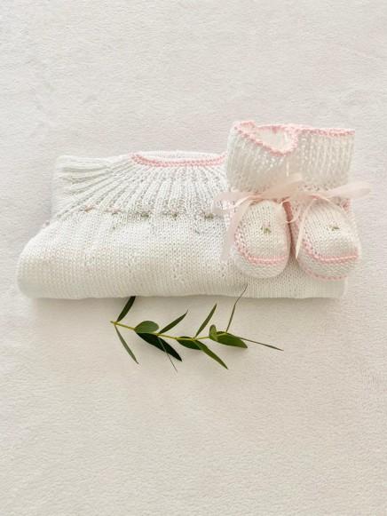 Conjunto de tres piezas modelo flores ribeteadas en rosa bebé
